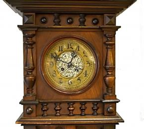 Půlové nástěnné hodiny